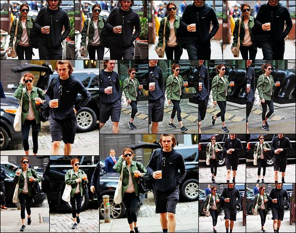 . 26/04/17 - Emma Roberts a été repérée avec Evan Peters, une boisson à la main, dans les rues de New York ! Toujours à deux, les amoureux ont été vus dans New York. Tenue simple lors de cette sortie, je ne suis pas vraiment fan, donc un bof ! .