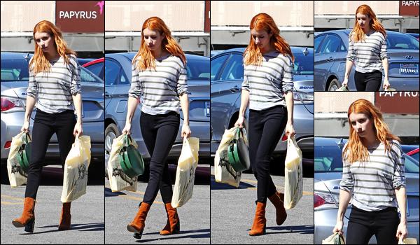 . 09/03/17 -Emma Roberts a été aperçue faisant un peu de shopping toujours dans le comté de Los Angeles ! Très peu de photos disponibles lors de cette sortie, mais néanmoins j'aime beaucoup la tenue que porte Emma, les chaussures sont jolies .