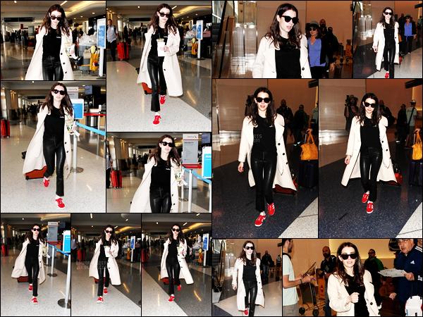 . 10/03/17 -Emma Roberts, et sa nouvelle chevelure brune quittant l'aéroport de «LAX» dansLos Angeles. C'est donc une toute nouvelle couleur de cheveux pour la belle actrice, qui est devenue brune. Que pensez-vous du changement ? Top .