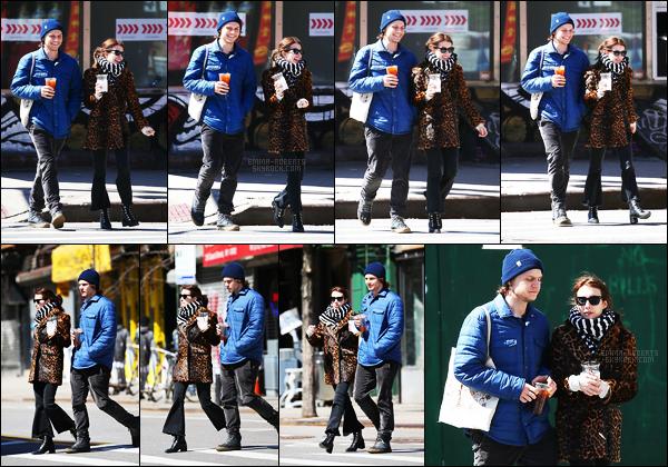 . 29/03/17 -Emma Roberts a été aperçue, en compagnie de son chéri Evan Peters, se baladant dans - Soho ! J'adore les sorties en couple de Emma et Evan, ils sont adorables. Néanmoins, je n'aime pas du tout la tenue de Emma, c'est donc un flop .