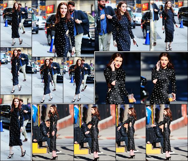 . 29/03/17 -Emma Roberts s'est rendue dans l'émission « The Late Show» de Stephen Colbert, à New York. Emma était tout simplement magnifique, cette robe lui va à merveille, et j'adore d'autant plus ses cheveux, un très beau top de ma part ! .