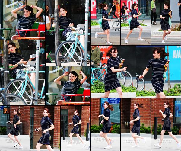 . 14.06.17 -Emma Robertsa été aperçue sur le set de son prochain film«Little Italy» toujours à Toronto, auCanada ! C'est dans une très jolie petite robe rayée et sa glace à la main que Emma a été vue courant dans les rues de Toronto. C'est un beau top. .