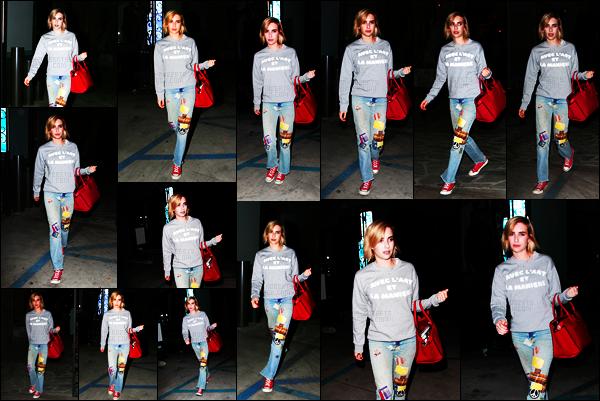 . 02.08.17 -Emma Roberts, a été aperçue de nuit, sortant d'un salon de coiffure, situé dans la ville de Los Angeles ! (CA) C'est donc avec sa nouvelle couleur et coupe de cheveux que l'actrice a été vue quittant le salon de coiffure. Un gros flop pour cette tenue .