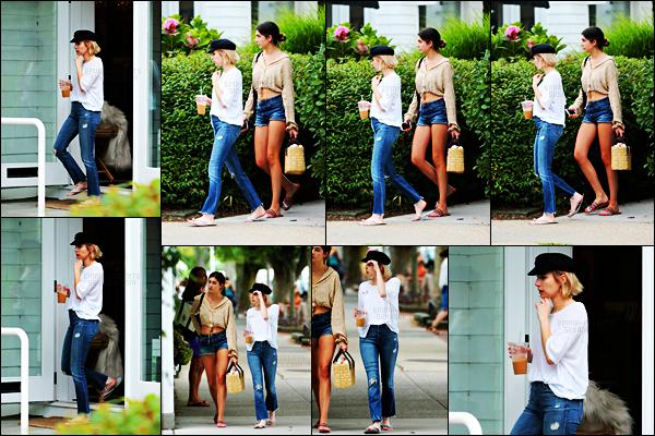 . 04.08.17 -Emma Robertsa été aperçue, café glacé en main, sortant de chez «Juice Press» àEast Hampton, dans NY. C'est donc affichant sa nouvelle chevelure blonde que la belle actrice a été vue sirotant sa boisson, une petite tenue simple et sympa, top. .