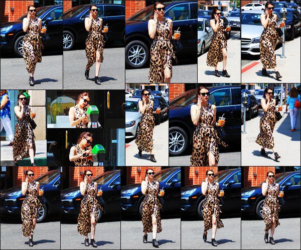 . 29.06.17 -Emma Robertsa été photographiée au téléphone, se baladant dans les rues de Beverly Hills, enCalifornie. La belle actrice a été vue, boisson à la main, dans les rues de Beverly Hills. J'adore sa tenue, elle lui va à ravir, je lui donne un beau top ! .