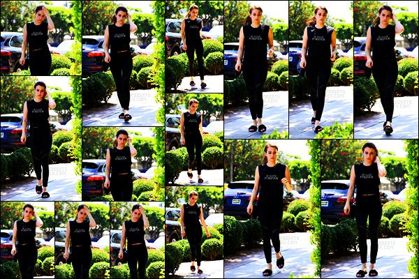 . 31.07.17 -Emma Roberts   a été aperçuesortant du magasin « Moon Juice» se situant à Melrose Place, dans leWest H. L'actrice a également était aperçue faisant quelques courses dans Los Angeles. J'aime bien le débardeur de Emma, un petit top pour elle ! .