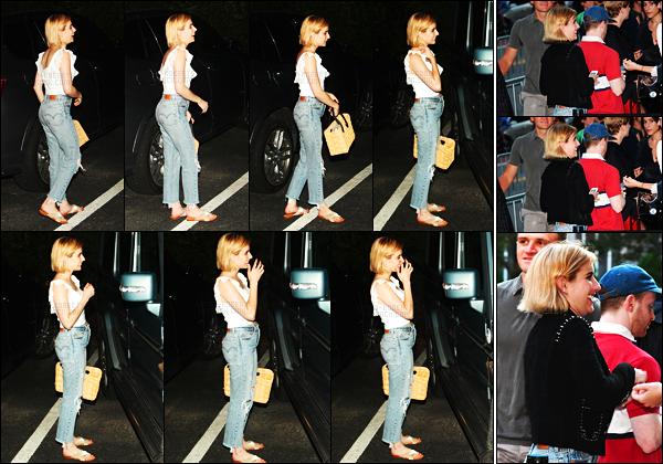 """. 05.08.17 -Emma Robertsa été aperçue arrivant au restaurant « Nick andToni's» dans les Hamptons,à New York City. Un top pour sa tenue. Le 08.08 la belle actrice s'est rendue à l'avant-première du film """"Good Time"""" se situant dans New York également ! ."""