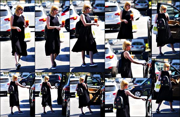 . 14.08.17 -Emma Roberts,a été aperçue achetant à boire et à manger au « Lemonade Cafe» dans Beverly Hills ! (CA) Pour l'occasion l'actrice a choisie une petite robe noire qui lui va à ravir, c'est donc un petit top selon moi. Que penses-tu de cette tenue ? .