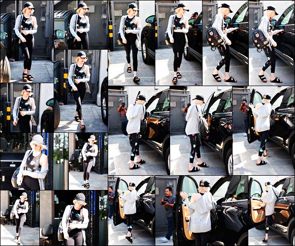 . 21.08.17 -Emma Roberts,plutôt matinale, a été photographiée quittant sa séance de gym, dans Los Angeles, en CA ! La belle actrice a été photographiée rejoignantsa voiture après une petite séance de sport ! Tenue de sport pour Em', rien de bien fou ! .