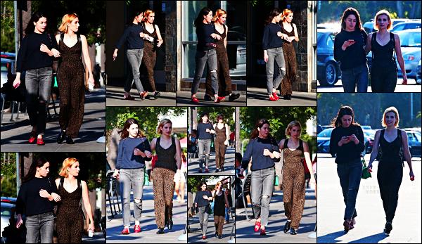 . 20.08.17 -Emma Roberts, a été aperçue en compagnie d'une amie à elle, se promenant dans Studio City, enCalifornie. C'est donc se serrant dans les bras que les paparazzis ont photographiés Emma et son amie se baladant tranquillement en Californie, bof ! .