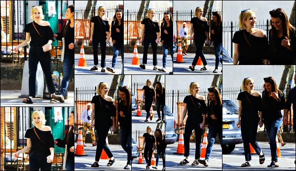 . 07.09.17 -Emma Robertsa été photographiée en compagnie de son amie Lea Michele se baladant dans Soho, New York Les deux amies se sont retrouvées afin de passer une après-midi ensemble, elles ont l'air de passer du bon temps.. Un petit bof pour Em ! .