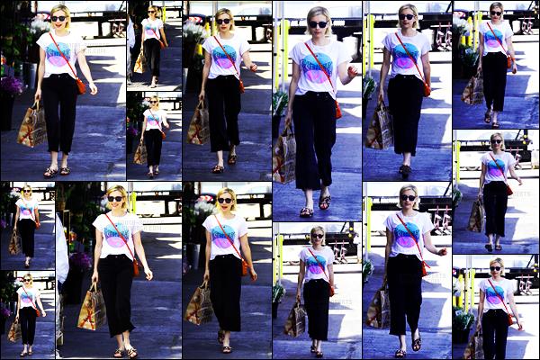 . 31.08.17 -Emma Robertsa été photographiée par les paps après avoir été chez « Bristol Farms » àWest Hollywood ! C'est toute souriante que la belle actrice a été repérée dans la journée, je ne suis pas fan de cette tenue, c'est donc un petit flop pour elle. .