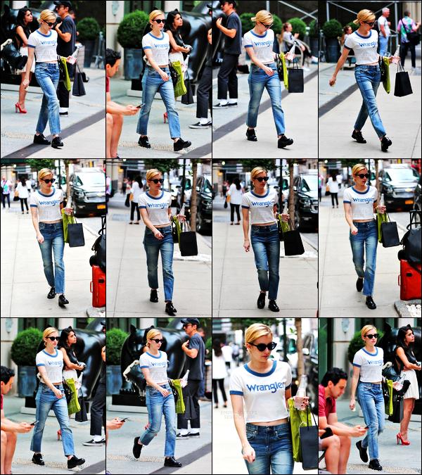 . 13.09.17 -Emma Roberts a été photographiée lors de sa sortie quotidienne, se baladant dans le quartier de Soho, a NYC Les news de la belle blonde s'enchaînent de jour en jour, et c'est dans Soho à New York qu'elle a été aperçue. Un petit bof pour la tenue ! .