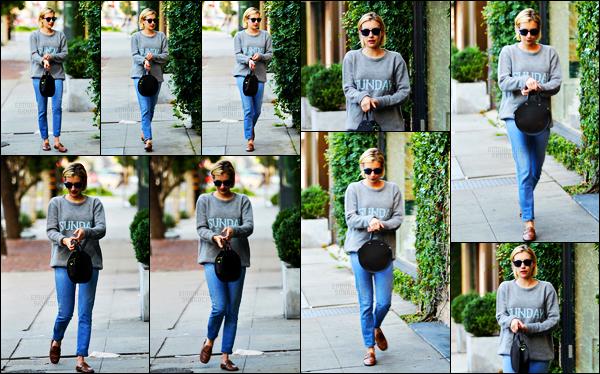 . 18.09.17 -Emma Robertsen compagnie d'une amie a été aperçue allant faire quelques courses dans West Hollywood ! C'est payant un horodateur que miss Emma Roberts a été photographiée ce lundi en compagnie d'une amie à elle. Petit bof pour la tenue. .