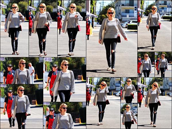 . 05.10.17 - Emma Roberts a été photographiée quittant la boutique de cadeaux « Emerald Forest Gifts» à Los Angeles ! Notre belle petite blonde enchaîne les sorties en ce moment et c'est jeudi 5 octobre qu'elle a été repérer par les paps. Petit top pour elle.. .
