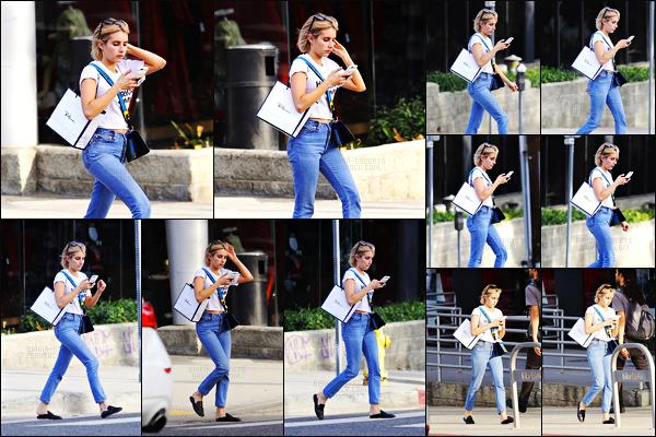 . 25.09.17 -Emma Robertsa de nouveau été photographiée lors d'une journée shopping dans la ville de Los Angeles, CA Pour notre plus grand plaisir, la belle Emma Roberts a été aperçue faisant quelques boutiques de Los Angeles. Petite tenue simple, un top .