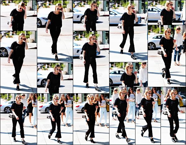 . 22.09.17 -Emma Robertsa été photographiée lors d'une séance de shopping à Melrose Place, dans West Hollywood ! Lors de cette sortie c'est toute vêtue de noir qu'elle a été aperçue, pour le coup je n'aime pas son pantalon et le haut est simple, un bof .