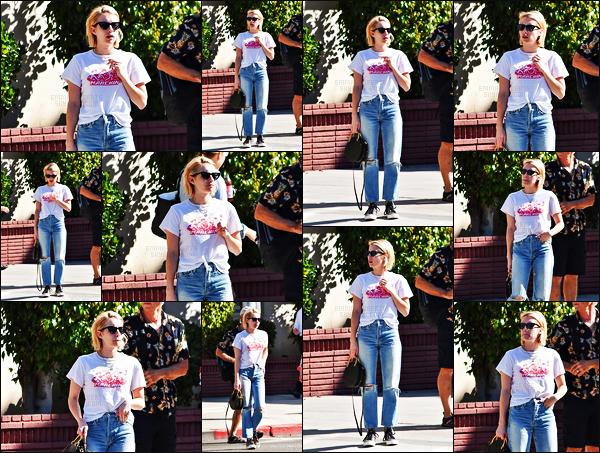 . 17.10.17 - Notre belle actrice Emma Rose Roberts a été photographiée lors d'une balade, dans la ville deLos Angeles ! Après plusieurs jours sans nouvelles, Emma Roberts a été vue se baladant dans les rues de Los Angeles, je n'aime pas son pantalon, flop. .