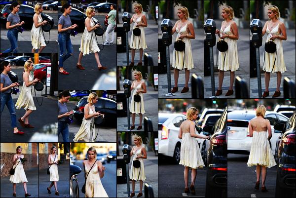 . 27.10.17 - Emma Roberts a été photographiée par les paparazzis, payant un horodateur, dans les rues de Los Angeles ! 10 jours sans nouvelle et voici de nouveau Emma dans les rues de Los Angeles. Concernant la tenue, je trouve la robe trop mignonne, top .