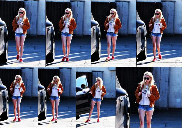 . 03.11.17 - Emma Roberts a été photographiée par les paparazzis sortant pour déjeuner dans la ville deLos Angeles. CA La belle blonde a été vue dans Los Angeles pour un déjeuner en ville. Concernant la tenue j'aime beaucoup ce qu'elle porte, un beau top ! .