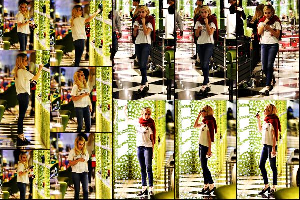 . 13.11.17 - Emma Roberts a été photographiée faisant du shopping chez « Prada» situé dans leWest Hollywood ! (CA) Notre belle Emma se faisait plaisir en faisant quelques achats dans la boutique «Prada» tenue simple, mais jolie, un petit top pour Emma .
