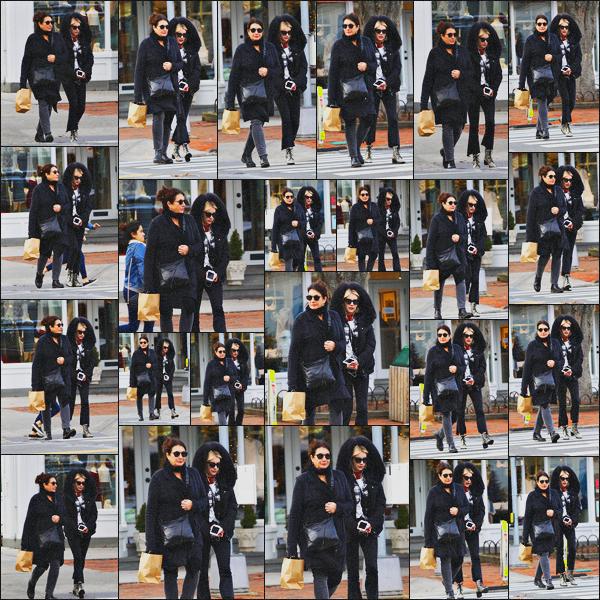 . 24.12.17 - Emma Roberts a été aperçue avec sa mère, faisant du shopping dans la région desHamptons'▬'New York. En ce jour de réveillon de Noël, la belle actrice en compagnie de sa mère ont été vues ensemble, faisant les derniers achats. Un petit top ! .