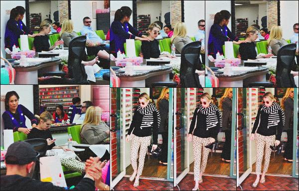 . 04.03.18 - Emma Robertsa été photographiée dans un salon de manucure'▬'situé dansBeverly Hills, en Californie. C'est avant la soirée des Oscars que la belle blonde a été vue toute naturelle, allant faire ses ongles dans un salon de B-H, un petit flop ! .