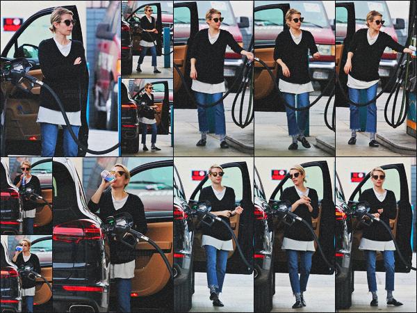 . 13.03.18 - Emma Robertsa été photographiée dans unestation essence'▬'situé dans la ville deLos Angeles, Calif ! C'est faisant le plein de sa voiture que notre belle Emma Roberts a été repérée toute naturelle. Je n'aime pas son pantalon, un petit flop. .