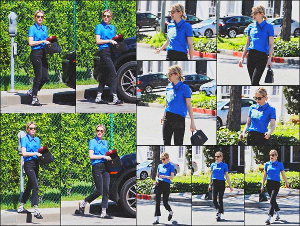 . 15.03.18 - Emma Robertsa été aperçue allant faire quelquescourses avec ses amies'▬'dansBeverly Hills, Californie. Emma a de nouveau été photographiée par les paparazzis, j'aime beaucoup son haut, mais le pantalon et chaussettes sont horribles, bof ! .