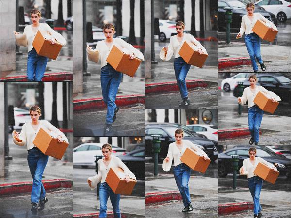 . 22.03.18 - Emma Robertsa été photographiée bravant la pluie pour récupérer un colis à'«UPS »' situé dans''▬''LA! Notre jolie actrice ne cesse de sortir, et c'est donc le 22 mars que nous la retrouvons sous la pluie de Los Angeles. C'est un bof pour Em. .
