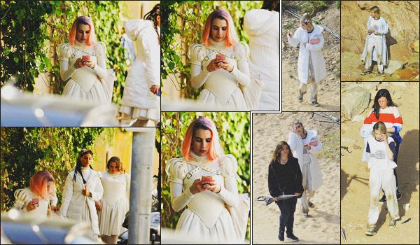 . 17.04.18 - Emma Robertsa de nouveau été vue sur le set de son prochain film«Paradise Hills »''▬''à Barcelone, ES. C'est toujours dans son costume plus qu'original qu'Emma a été vue sur le set de son film, rebelote le 06 avril dernier, j'ai hâte ! Et vous ? .