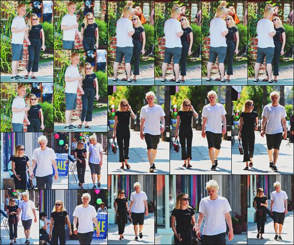 . 04.08.18 - Emma Roberts et son chéri Evan Peters ont été vus flânant dans les rues de'' ▬ ''Los Angeles, Californie ! Profitons de cette rare sortie de couple, la belle Emma et son chéri Evan ont été vus se baladant dans les rues de Los Angeles, un joli top .