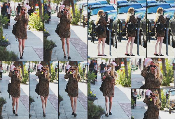 . 13.08.18 - Emma Roberts a été aperçue téléphone à l'oreille, allant prendre son déjeuner dans les rues de'' ▬ ''LA, ca. C'est dans une jolie petite robe que nous retrouvons Emma allant prendre son déjeuner dans les rues de Los Angeles.. Elle était superbe ! .