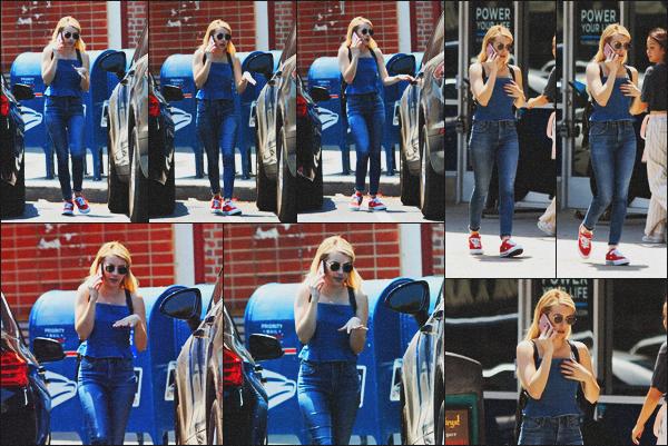 . 16.08.18 - Emma Roberts a été aperçue toujours sur son téléphone allant faire quelques courses à'' ▬ ''Los Angeles ! Malheureusement peu de photos lors de ce candid, et la qualité laisse à désirée. Mais tout de même un beau top pour Emma, j'aime bien. .
