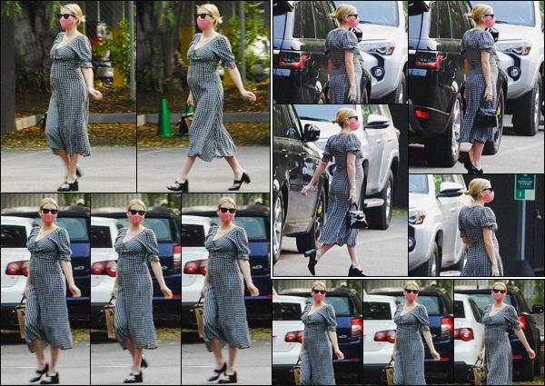 . ''•''15.09.20 :''_Emma Roberts a été aperçue alors qu'elle se rendait dans un « Starbucks » situé dans'''▬'''Los Feliz, CA ! Emma montrant son petit bidou a été photographiée en se rendant chez Starbucks, dans le quartier de Los Feliz ! Je lui accorde un petit bof pour la robe. .