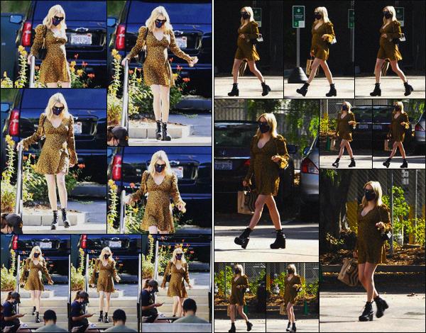 . ''•''19.09.20 :''_Emma Roberts s'est rendue comme à son habitude chez « Starbucks » situé dans'''▬'''Los Feliz, en Calif ! Comme chaque matin notre actrice s'est rendue chez Starbucks afin d'acheter son café ! Concernant sa tenue, j'aime beaucoup la robe qu'elle porte, top. .
