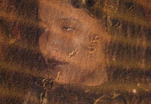 """Tin Hinan est le nom que des traditions orales donnent à l'ancêtre originelle des amazigh touareg au sud d algérie  nobles du Hoggar. Il s'agit d'une femme de légende que l'on connait aujourd'hui à travers la tradition orale touarègue qui la décrit comme « une femme irrésistiblement belle, grande, au visage sans défaut, au teint clair, aux yeux immenses et ardents, au nez fin, l'ensemble évoquant à la fois la beauté et l'autorité ». Son nom veut dire en tamachek, """"celle qui se déplace"""" ou """"ou celle qui vient de loin"""" Originaire de la tribu des amazigh tribu sud , elle serait venue dans le Hoggar en Algérie en compagnie de sa servante Takamat (ou Takama), laquelle est pour sa part donnée comme la mère des Touaregs plébéiens du Hoggar. D'autres légendes donnent cependant une autre version de l'origine des Touaregs du Hoggar: elles les font tous descendre d'une femme unique, nommée Lemtoûna. Et d'autres groupes touaregs donnent encore d'autres noms à celles dont ils font leurs ancêtres respectives."""