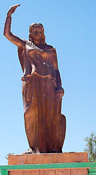 """File source: http://commons.wikimedia.org/wiki/File:Dyhia.jpg  Kahena (signifiant """"sorcière"""" , """"devineresse"""" en arabe), de son vrai nom Dihya ou Damya (en tifinagh ,la lange et l ecritur  amazigh), est une reine guerrière amazigh zénète des Aurès qui combattit les Omeyyades lors de l'expansion islamique en Afrique du Nord au VIIe siècle. Plusieurs femmes ont écrit des romans sur la Kahena au XXe siècle et plusieurs penseurs disent que c'est une des premières féministes bien avant le Moyen Âge et une des premières reines guerrières de l'Histoire. Ibn Khaldoun lui attribue des pouvoirs surnaturels."""