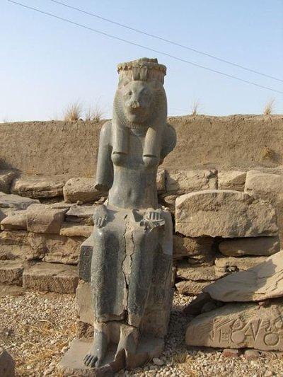 Statue de Sekhmet portant la titulature de Sheshonq Ier - Temple de Mout à Karnak   Sous la XXIe dynastie, les Mechouech (ou Machaouach), des amazigh qui s'étaient installés dans le delta du Nil autour de Bubastis dès la XXe dynastie, avaient vers l'an -1000 étendu progressivement leur territoire jusqu'au Fayoum. Ils déten...aient la force armée du royaume et leurs chefs devenus très puissants, gravirent peu à peu les échelons de la cour royale, portant le titre de Grands chefs des Mâ(chaouach). Le fils d'un de ceux-ci, Sheshonq parvient même à s'allier à la famille royale donnant comme épouse à son fils Osorkon la propre fille de Psousennès II de Tanis. À la mort du roi, il s'impose comme pharaon et fonde la XXIIe dynastie qui occupera le pouvoir jusque vers -715. Il reprend la politique d'entente cordiale avec ses voisins que ses prédécesseurs avaient initiés. Ainsi suite à la difficile succession de Salomon, il aurait donné asile à Jéroboam Ier (premier roi d'Israël), contraint à l'exil par le fils de Salomon, Roboam (premier roi de Juda de -931 à -914).Au niveau de la situation intérieure, dès le début de son règne Sheshonq Ier initie une politique de contrôle des principales clefs du pouvoir de l'Égypte des pharaons tanites et des grands prêtres d'Amon de Thèbes.En installant Nimlot Ier, un de ses fils, comme roi de Hérakléopolis afin qu'il contrôle pour lui la Moyenne-Égypte, Ioupout et Djedptahiefânkh deux autres de ses fils à la tête du clergé thébain, il parvient à réunir sous la coupe de son clan l'unité des Deux Terres. Il s'entoure alors de gens lui étant complètement dévoués, qu'il place à des postes stratégiques, renforçant ainsi la puissance royale et la mainmise sur les terres du royaume. Cette réorganisation du territoire est partagée entre les princes Libyens ; tous les membres de la famille sont placés de ce fait à des postes importants et reçoivent ces terres en tant que fiefs.Assuré d'une stabilité acquise de son royaume, Sheshonq Ier reprend la