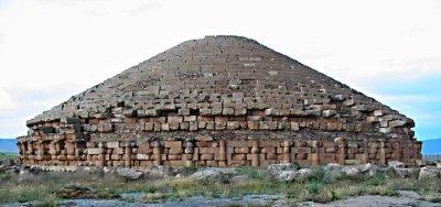 Le Medracen, à Batna, est un mausolée numide, l'un des plus anciens monuments de l'actuelle Algérie (300 av. J.-C.)