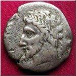 Après la mort de Mastanabal et Gulussa, Micipsa hérita du royaume et régna pendant 30 ans (148- 118 av J-C).Il adopta son neveu Jugurtha (le fils de Mastanabal) comme son propre fils.Micipsa continua l'½uvre de son père, embellit la capitale et attira vers la Numidie des Grecs cultivés pour propager, à travers le pays, les arts et la ...culture.La puissance de la Numidie unifiée inquiéta Rome, qui accentua la pénétration et obligea Micipsa à partager le royaume en indivis entre ses 2 fils Hiempsal I et Adherbal (ses fils légitimes) et son neveu Jugurtha (son fils adoptif). Rome va connaître un adversaire redoutable : JUGURTHA (ou Yugurthen qui signifie yugar iten « le plus fort d'entre eux »). Beau, intelligent, habile à utiliser les faiblesses de ses adversaires, il est un personnage de premier ordre.