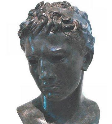 Fils de Juba Ier Elevé par la nièce de Jules César, Octavie, Juba avait reçu l'éducation soignée de tout enfant appartenant à l'aristocratie romaine. Il fit ses premières armes aux côtés d'Octave. En –31, il participa à la bataille d'Acti...um à l'issue de laquelle Octave bat la reine d'Egypte, Cléopâtre VII, et le général romain Marc-Antoine, ancien époux d'Octavie.Roi de Maurétanie de –25 à 23 après J-C :Seul maître de l'Empire et conscient des difficultés que provoquerait pour Rome le maintien de l'Afrique du Nord sous le joug romain, Octave-Auguste, confiant dans l'intelligence et dans la loyauté de Juba, lui offra, en 25 avant J-C , la couronne de Maurétanie Le royaume correspond à l'actuel Maroc et à une partie de l'Algérie.Devenu roi, Juba II s'intalla à Iol (actuellement Cherchell) à laquelle il donna le nom de Caesarea en hommage à Octave Auguste, le nouveau César. Sous son impulsion, Caesarea, ville presque aussi étendue que Rome, devint une superbe cité et une plaque tournante du commerce méditerranéen. Temples, jardins, théâtre vinrent embellir la ville.Il épousa Cléopâtre-Séléné (fille de Cléopâtre VII et de Marc-Antoine) en – 19. Auteur en grec d'ouvrages d'histoire Juba II écrivait des ouvrages consacrés à l'histoire, à l'archéologie, au théâtre, à la peinture… Cette frénésie de savoir le conduisait à s'intéresser à tous les domaines : les astres, la flore, la faune, la géographie. Juba II avait su réunir dans l'harmonie toutes les composantes de la culture méditerranéenne, et il s'était appliqué à les diffuser.Il sera pour son peuple l'objet d'un culte jusqu'au IVe siècle.