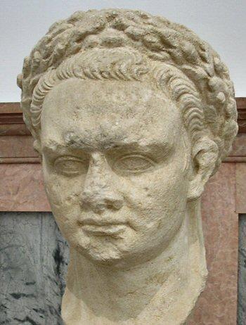 """Florus (en latin Publius Annius Florus) est un historien amazigh du IIe siècle à la vie méconnue, né vers 70 et mort vers 140, sans certitudeFlorus est né en Afrique et issu d'une famille amazigh . Il est venu à Rome pendant le règne de Domitien. Il est contemporain de Suétone, et écrit son Abrégé d'histoire romaine sous le règne de l'empereur Hadrien.  Son Abrégé d'histoire romaine va de la fondation de Rome à 9 ap. J.-C.. Son style est rapide et a beaucoup de relief. Par ailleurs, son style est nettement rhétorique, et sa concision frise parfois l'obscurité.  L'identité de Florus et ses autres noms ne sont pas connus avec certitude bien qu'on l'appelle communément Lucius Annaeus. On l'a tantôt identifié avec le Florus qui était l'ami-poète de l'empereur Hadrien, tantôt avec un dialogue intitulé Virgile est-il un orateur ou un poète ?  Il est à distinguer de Florus, procurateur de Judée lors de la révolte juive de 66 (voir Première guerre judéo-romaine) et de Florus (+860), diacre, théologien et acteur de la renaissance carolingienne. On a sous son nom un Epitomé ou Abrégé de l'histoire romaine depuis Romulus jusqu'à Auguste, en 4 livres, qui constitue un abrégé de l'histoire romaine jusqu'à l'époque d'Auguste, avec des références spéciales aux guerres, et conçu comme un panégyrique du peuple romain, le populus princeps (""""peuple roi""""), c'est-à-dire une éloge de ce dernier. Certains manuscrits le décrivent comme un abrégé ou résumé de Tite-Live (Epitoma de Tito Livio), mais il s'écarte parfois de cet historien alors qu'il puise dans les oeuvres de Salluste et de César, et peut-être aussi de Virgile et de Lucain.  On lui attribue à tort le Pervigilium Veneris et quelques autres poésies, qui paraissent être d'une époque postérieure."""