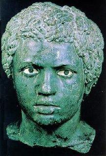 Lusius Quietus d Origine amazigh est un géneral Romain, gouverneur de la Judée en 117. La guerre de Kitos a été ainsi nommée en référence à Quietus   Prince maure romanisé devenu l'un des meilleurs généraux de l'empereur Trajan au début du second siècle de l'ère chrétienne. Il est originaire amazigh de la province romaine de Maurétanie Tingitane (Maroc actuel) où son père dirigeait une vaste tribu de nomades. Ce dernier avait combattu pour les romains au cours de la révolte maure dirigée par Aedemon après que Caligula eut fait assassiner Ptolémée de Maurétanie, le fils du roi Juba II. En récompense de ses services, il avait été récompensé par l'octroi de la citoyenneté romaine.  Le jeune Lusius reçoit une éducation à la romaine et s'engage dans l'armée impériale lorsqu'il est en âge de le faire. Il constitue pour elle un nouveau régiment (vexilatio) de cavalerie composé uniquement de Maures issus de sa tribu d'origine. Ces hommes qui lui étaient entièrement dévoués avaient la particularité de monter leurs chevaux à cru et de posséder une grande expérience du combat en milieu escarpé, ce qui permit à leur chef de monter rapidement en grade à mesure que ses faits d'armes le faisaient remarquer par les généraux romains.  Ni son origine étrangère ni l'attrait de Lucius pour la gloire et la richesse ne lui posèrent d'abord de difficulté. Mais celui qu'il manifestait pour la gent féminine finit par lui valoir quelques mésaventures. Après avoir été promu au rang de chevalier romain par Domitien pour ses exploits militaires, il est même disgracié pendant un temps pour une affaire de m½urs.  C'est à l'occasion du déclenchement de la guerre qu'il se décide à mener contre les Daces (en Roumanie actuelle) que l'empereur Trajan non seulement rappelle Lucius à Rome (101) mais en fait même l'un de ses plus proches collaborateurs tant il avait été vivement impressionné par sa valeur et son habileté au combat. C'est un choix judicieux, car c'est un audacieux raid de cavalerie mené p