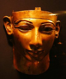 L'histoire Amazigh , désigne la période de cette très ancienne civilisation autour de la Méditerranée et du Moyen-Orient et la majorité des historiens estime que l'an zéro est la date symbolique et relative à une civilisation très ancienne, qui est un repère essentiel pour les berbères , Le plus connu des royaumes berbères fut la Numidie avec ses rois tels que Gaïa, Syphax et Massinissa. On peut aussi parler de l'ancienne Libye ainsi que des tribus connues tels que les Libus, et les XXIIe et XXIIIe dynasties égyptiennes, qui en sont issues. Il y eut aussi des expansions berbères à travers le Sud du Sahara, la plus récente étant celle des Touaregs et la plus ancienne celle des Capsiens. Plus réduites, les zones berbérophones d'aujourd'hui sont inégalement réparties dans des pays tels que le Maroc, l'Algérie, la Libye, la Tunisie et l'Égypte. Les langues berbères forment une branche de la famille des langues afro-asiatiques. Autrefois, leur alphabet était le tifinagh, encore utilisé par les Touaregs. Les berbères, une mosaïque ethnique et culturelle Les Berbères constituent donc une mosaïque de peuples de l'Égypte au Maroc, se caractérisant par des relations linguistiques, culturelles et ethniques. On distingue plusieurs formes de langues berbères : chaoui, chleuh, rifain, chenoui, kabyle, mzabi, zenati, tamasheq sont les plus importants composants du Tamazight (c'est-à-dire « langues des Imazighen »). À travers l'histoire, les Berbères et leurs langues ont connu des influences romaines, puniques, arabes, turques ou encore françaises, ce qui fait que de nos jours, sont appelés officiellement « berbères », les ethnies du Maghreb parlant, se considérant et se réclamant berbère. Selon Charles-Robert Ageron, « dans l'usage courant, qui continue la tradition arabe, on appelle Berbères l'ensemble des populations du Maghreb » La question de l'origine des Berbères s'est posée tout au long de l'histoire de l'Afrique du Nord. Les Berbères sont dispersés en plusieurs groupes eth