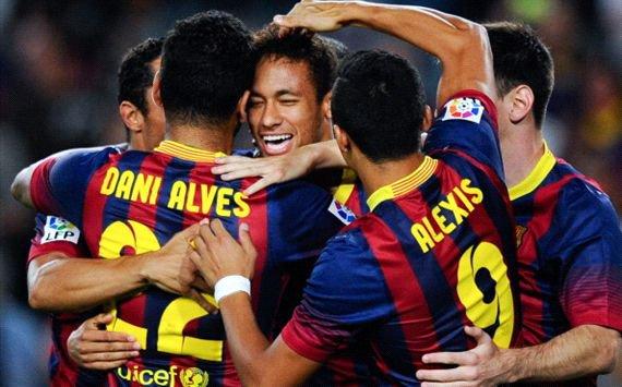 Leo Messi portant un ballon  maillot de Barcelona ( 15 ) et Pedro Rodríguez