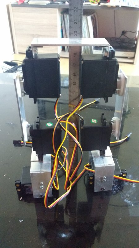 Premier prototype de robot bipède en construction