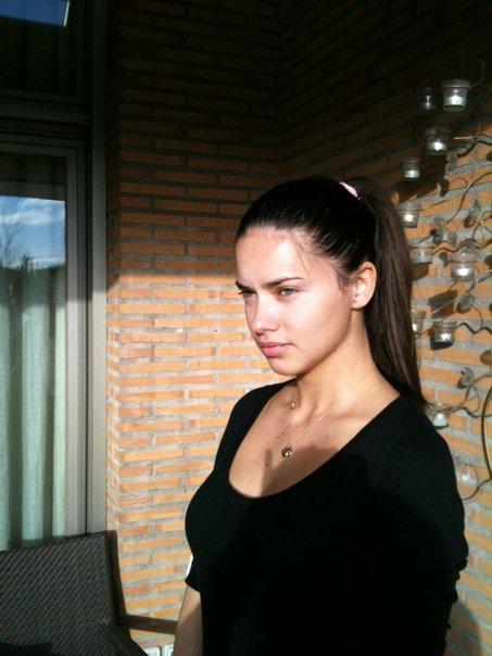 Adriana devant sa maison de madrid le 4 mars 2010
