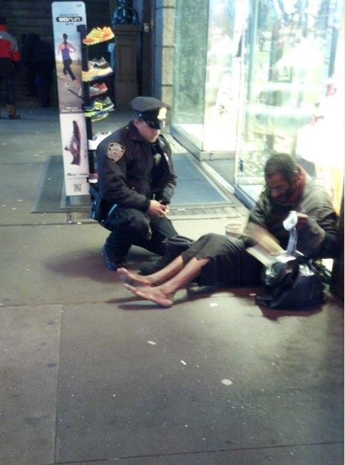 ÉTRENNES – Le SDF de New York remercie le policier, mais préfère rester pieds nus