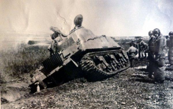 Un Sherman du 8éme Cuir en mauvaise posture